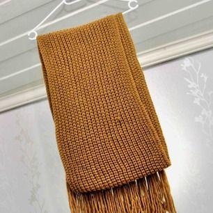 Halsduk från Monki, använd ett par fåtal gånger. Priset kan sänkas vid snabb affär