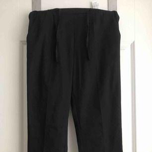 Helt nya svarta kostymbyxor från Zara. Säljer pga att dom inte kommit till användning.  Frakt tillkommer