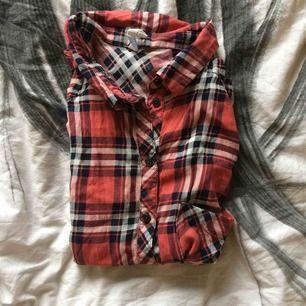 Linneskjorta i bra skick (behöver strykas)  Inga slitningar eller hål! Köpt i Spanien så vet inte nypris. Men jag säljer den för 20kr+ frakt