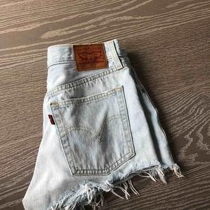 As balla levi's shorts i en ljus tvätt. Väl använda men i ett bra skick. Ordinarie pris 600 kr