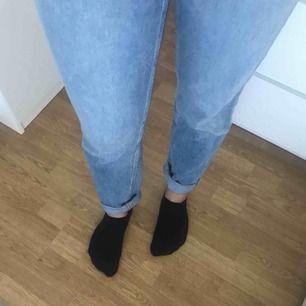 Säljer mina denim byxor från BikBok. Raka i modellen och sitter superfint på. Superbra skick då dom knappt är använda för dom blev förstora rätt fort.  Frakt tillkommer