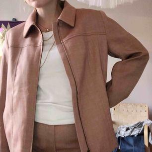 Oanvänd jacka/kavaj  från cos. Säljer tillhörande byxor, fint att ha som set!