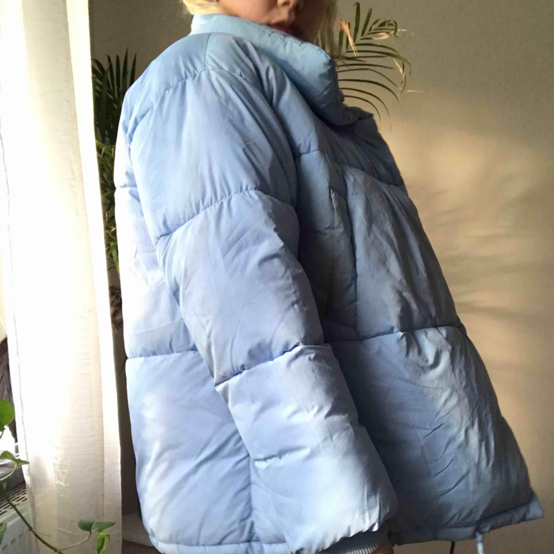 Mer bilder på min ljusblåa oversized dunjacka! Storlek S men passar oversized  🦋möts upp i Sthlm eller fraktar🦋 Frakt är exkluderar i priset men är öppen för förhandling🌸. Jackor.