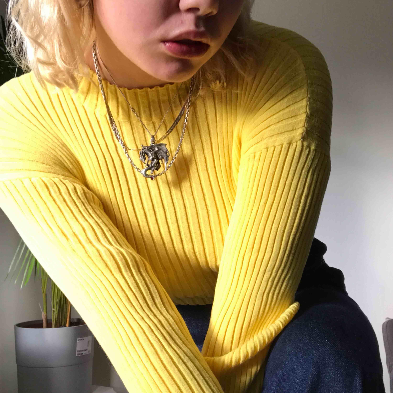 Tröja från & other stories! Jätte fin gul färg!! Storlek S men väldigt stretchig så passar upp till L  🦋fraktas eller möts upp i sthlm🦋 Öppen för förhandling angående fraktkostnad. Toppar.