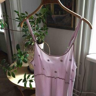 🌸Ljuslila klänning i tunt och superlätt material!🌸 Små broderade blommor över bröstet, och banden går att justera. Säljes då den är fel storlek för mig. Köparen står för frakt, annars mötas upp i Stockholm!🧚♀️