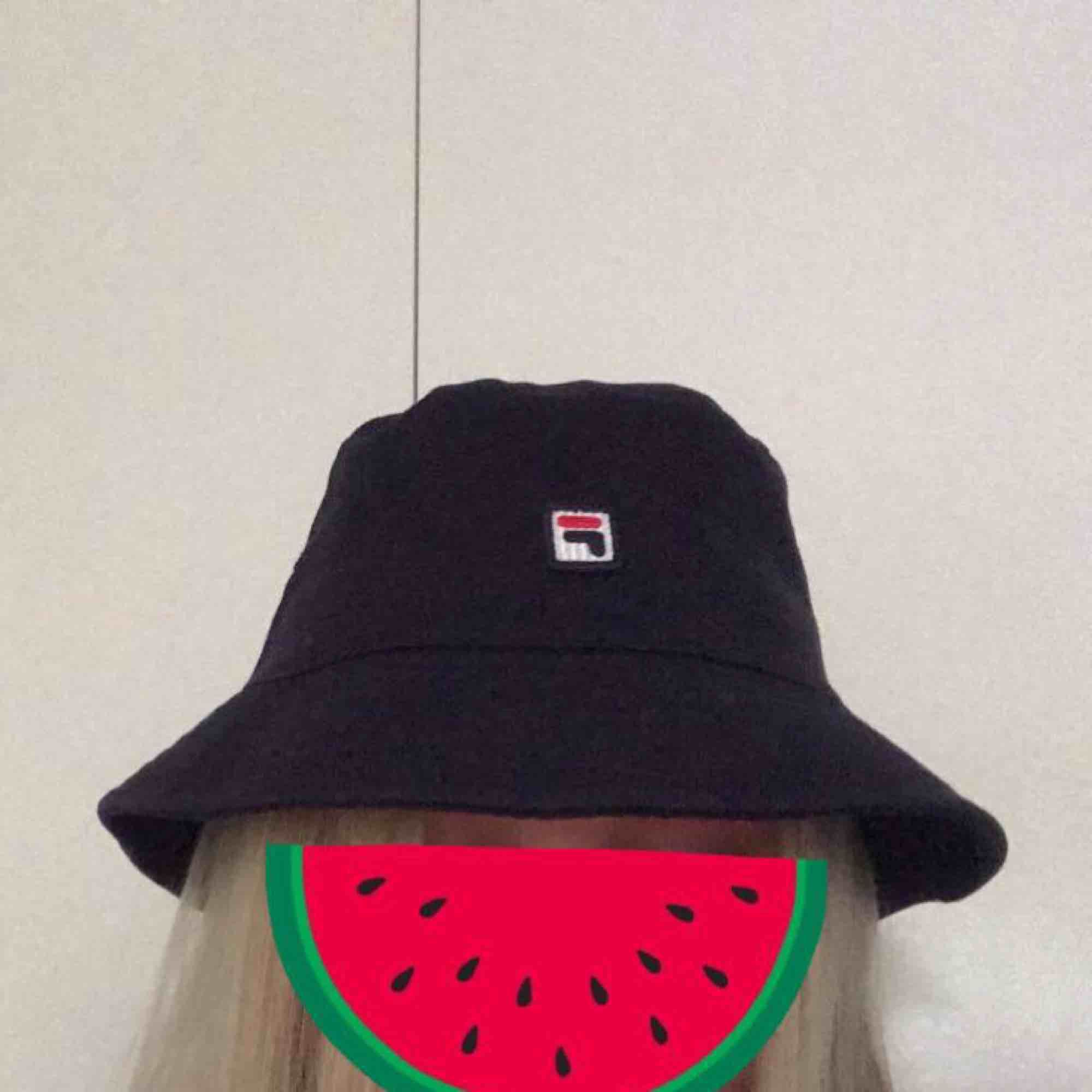 """Mörkblå bucket hat från Fila. Aldrig använd, endast testad. Köptes för 400kr på """"killavdelningen"""". . Accessoarer."""