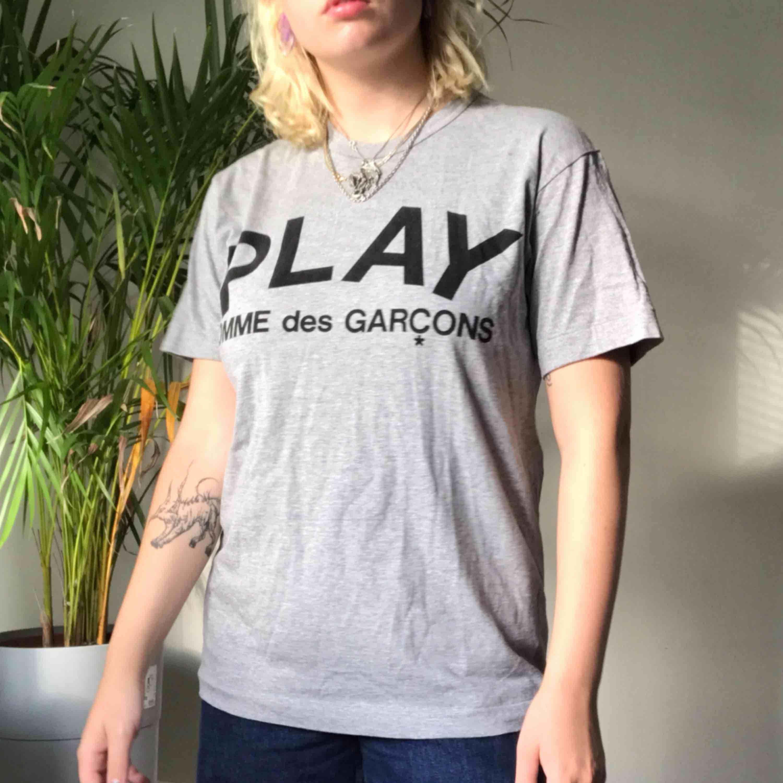 Comme Des Garcons tröja  Köpt på Nitty Gritty i sthlm Använd ca 2 gånger  🦋fraktas eller möts upp i Sthlm🦋  Storlek L men passar 36-38. T-shirts.
