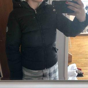 Säljer min svarta Gant Classic Down Jacket i storlek S pga köpt ny. använt en vinter till och från och den är så gott som ny. Nypris är 3 300kr pris kan diskuteras. Köparen står för frakt