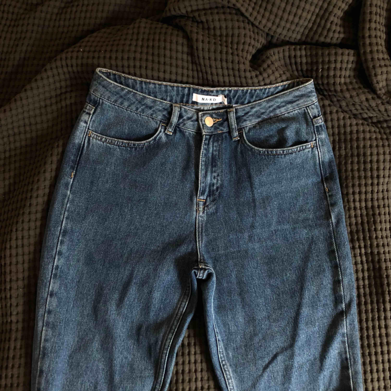 Snygga nakdjeans med flames nedtill. Bra skick! Köparen står för frakt🍒💘. Jeans & Byxor.