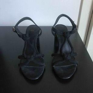 Superfina sandaletter i mockaimitation från H&M. Endast använda 1 gång. Nypris ca 299kr. Kan mötas upp i Malmö annars står köparen för frakt