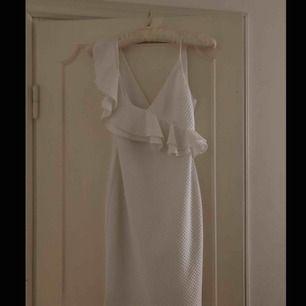 Super vacker vit klänning, för liten för mig :(  modellen är jättefin och sitter bra på, slutar mitten på låren ungefär.  Ordinarie pris: 699kr
