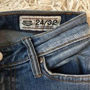 Raka blå långa jeans från crocker, passar långa smala ben. Välanvända men gott skick! Säljes i Göteborg