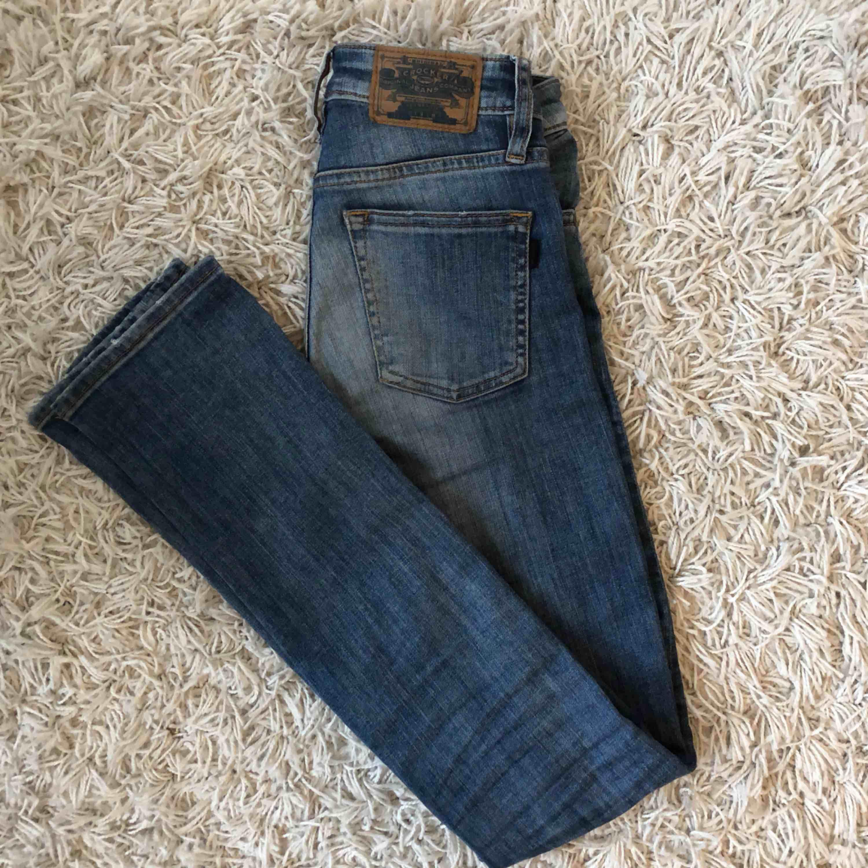 Raka blå långa jeans från crocker, passar långa smala ben. Välanvända men gott skick! Säljes i Göteborg. Jeans & Byxor.