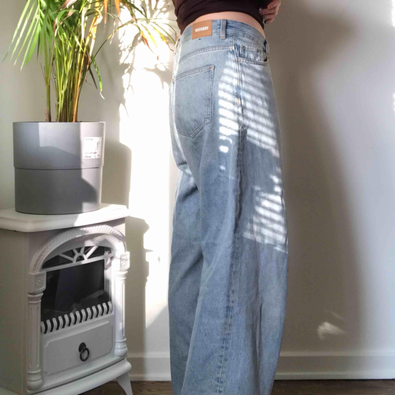 Knappt använda Weekday jeans i modellen rail och färg Miami blue  ÄLSKAR DOM! Men en storlek förstora för mig!  . Jeans & Byxor.