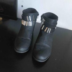 Svarta boots i läderimitation med snygga detaljer. Supersköna! Använda 3 gånger. Kan mötas upp i Malmö annars står köparen för frakt.