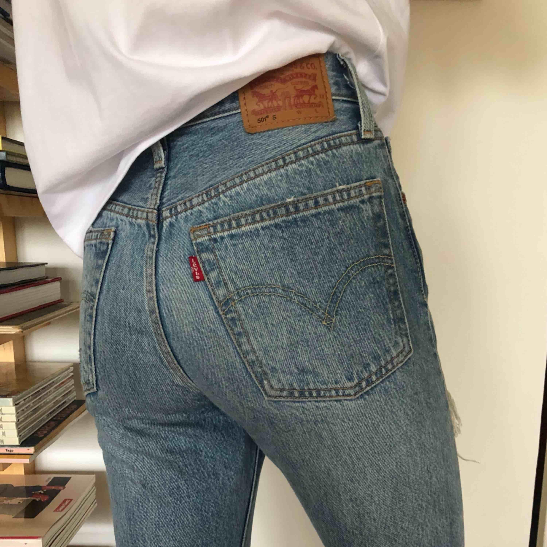 Snygga 501 ankellånga jeans med slitningar från Levis i storlek S använda ett par gånger och säljs pga att de inte passade mig i storlek. Säljs i Göteborg👖. Jeans & Byxor.