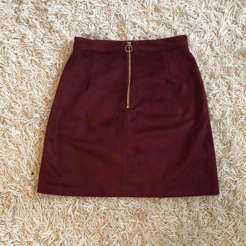 En högmidjad vi röd kjol från primark med dragkedja där bak och sammetslikande material. Fint skick och använda fåtal gånger. Säljes i Göteborg👗. Kjolar.