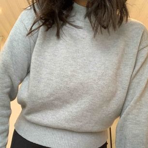 grå turtle neck tröja med lite större armar & är ganska så oanvänd