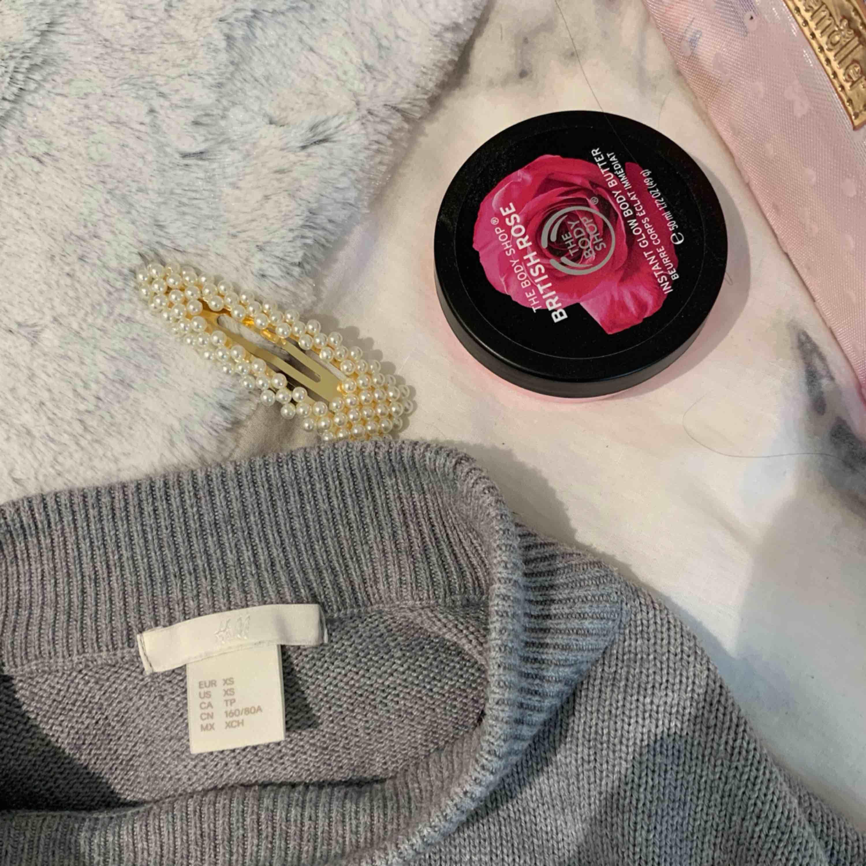 grå turtle neck tröja med lite större armar & är ganska så oanvänd . Tröjor & Koftor.