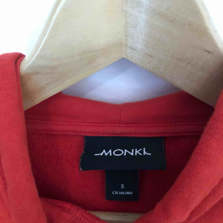 Croppad hoodie, bra skick!. Huvtröjor & Träningströjor.
