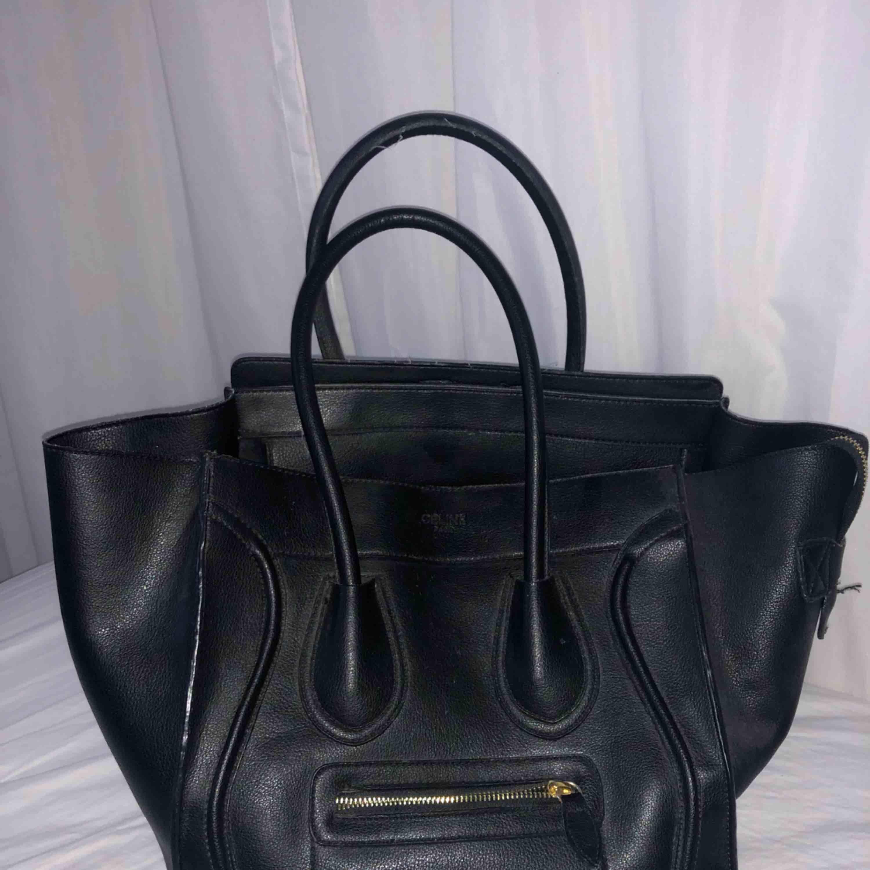 En svart rymlig handväska. En kopia på Céline luggage tote väska. . Väskor.