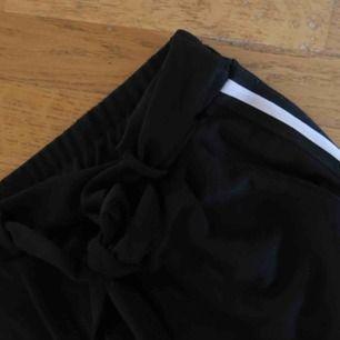 Svarta byxor med rand i sidan. Mjukt och skönt typ. Knyt i midjan. Fint skick!