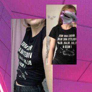 Xs men funkar bra för S också. T-shirt köpt i frankrike på pull&bear med skimrande tryck. Supersöt men kommer inte till användning.