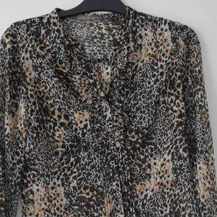 Leopardblus från Zara i storlek XS. Fint skick!