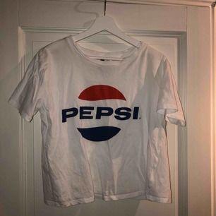 Pepsi-Tshirt från H&M i storlek S men oversize så passar de flesta storlekarna! Knappt använd, frakt tillkommer😽de flesta av mina varor har priser som kan diskuteras!