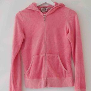 Juicy Couture hoodie i storlek M (små i storlekarna). Lossnat lite vid ena fickan, se bild 3. Inget tryck på ryggen.