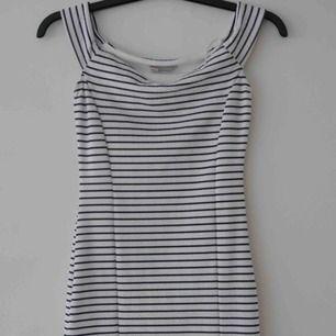 Randig tight klänning i storlek M, något liten i storleken. Perfekt som sommarklänning eller till fest 🌸