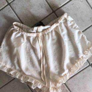 Vita söta shorts från Bik Bok. Storlek XS.
