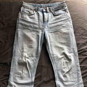 Weekday jeans av modell Voyage i ljusblå. De är i storleken W32 och L30. Det finns ett par få fläckar som förmodligen går bort i tvätten. Ingångna. Nypris 500kr. Föredrar avhämtning eller att mötas upp