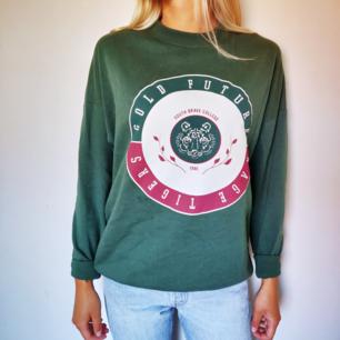 Oversized tröja i storlek S. Knappt använd. Levis 501. Säljes för 100 kr + frakt. 🌼