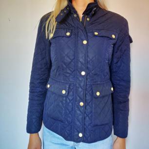 Superfin mörkblå quiltad jacka från Stockhlm. Inköpt på MQ för 1300 kr. Jättefint skick! Mer bilder kan skickas vid intresse. Frakt tillkommer på priset ⭐