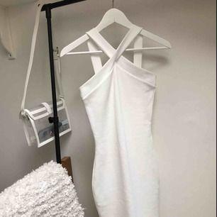 Vit tajt bodycon klänning. Enbart envärd en gång.  Mötas upp eller köparen står för frakten.