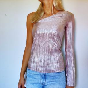 Suuperfin rosaskimrig tröja med en arm. Säljes för att jag inte använder den. Frakt tillkommer på priset. ✨