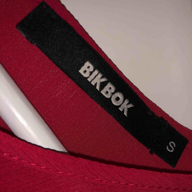 Superfin röd tröja med volang på armarna. Använd 1 gång.. Blusar.
