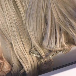 Clips från Rapunzel of sweden Syntetiskt hår , 50 cm långt 10 stycken clips vilket räcker till en hel förlängning Frakt tillkommer på 59kr i Postnord påse- kan även skicka som REK