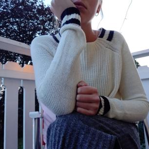 En mysig stickad tröja från Mango. Har svarta/blå detaljer ( svårt att avgöra haha) och är annars krämigt vit. Modellen är lite tightare i armarna men annars passar den nog de flesta ❤️