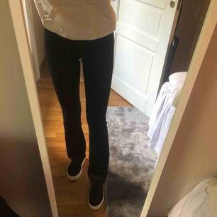 Svarta bootcut jeans från Crocker. Knappt använda och därmed i jättefint skick. Storlek 26/33. 100kr+frakt