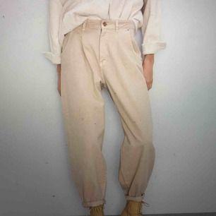 Beiga baggy jeans med hög midja från ZARA. Endast testade. Säljer då det inte satt så snyggt på mig som jag hade hoppats.