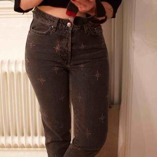 Jeans med pärldekorationer! Strl S-M någonstans däremellan. Frakt 59 kr eller möts upp i Gbg.