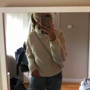 Oversized stickad tröja från H&m med lång polokrage vilket gör att man själv kan bestämma hur hög krage man vill ha. Storlek Xs men passar Xs-L beroende på hur man vill att den ska sitta. 150kr+frakt