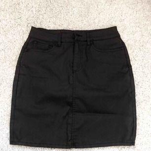 Skit snygg skinn kjol från vero Moda!!! Aldrig kommit till användning. Möts i Sthlm