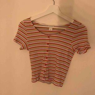 Ribbad tröja med knappar Använd få antal gånger Nypris ca 100 kr