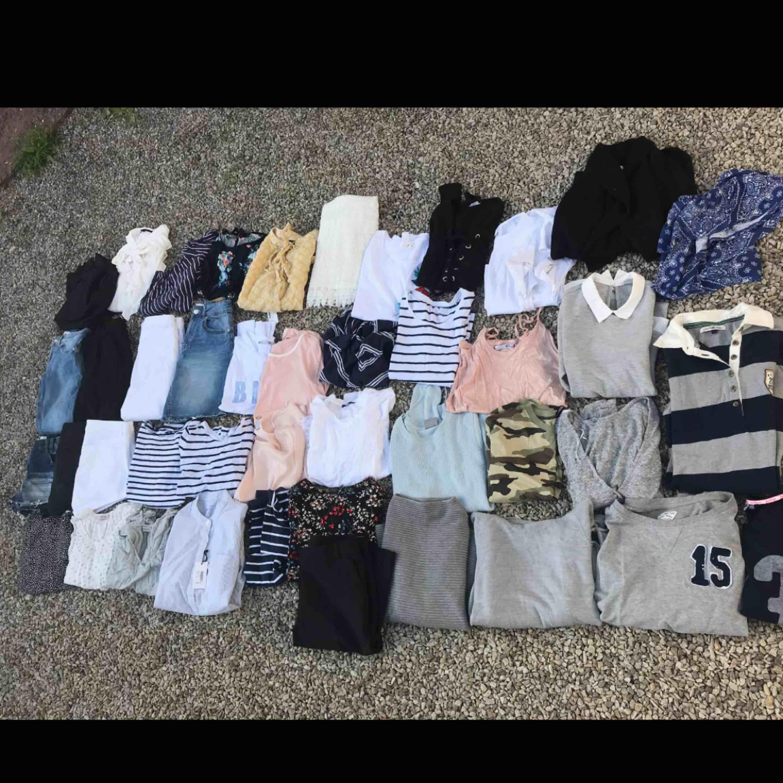 Kläder i blandade storlekar och olika priser! Allt kostar 700 tillsammans😀 Kan skickas och köparen står för portot.. T-shirts.