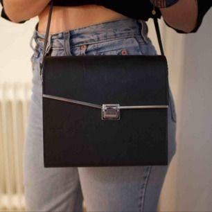 Häftig handväska från beyond retro! Hård form, öppnas med knäppe fram. Fint rött foder inuti som gör det lilla extra. Frakt 49 kr eller möts upp i Gbg.