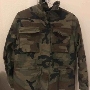 Jättesnygg jacka i camouflage med avtagbart foder, använd ett fåtal gånger och i mycket bra skick!