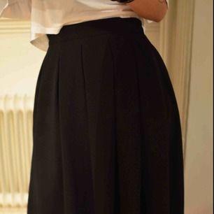 Superfin kjol som smickrar figuren! Från hm, knäpps med dragkedja där bak. Fint lite tjockare material. Frakt 59 kr eller möts upp i Gbg.